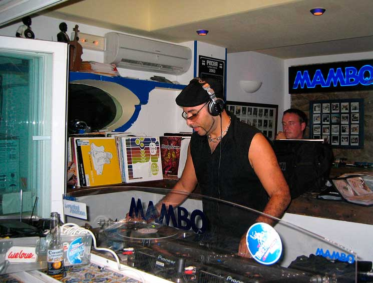 Roger Sanchez Joins the Mambo Brothers At Café Mambo
